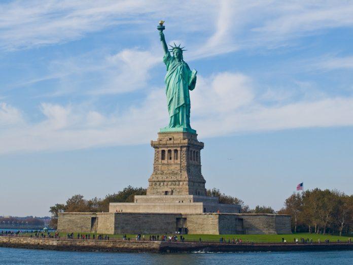Zgürlük Anıtının Parasını Sultan Abdülaziz Vermişti. Özgürlük Anıtı Veya Özgürlük Heykeli ABDnin New York Inşa Edildiği 1886 Amerika Simgesi Anıtsal Heykeli Ve Gözlem Kulesi