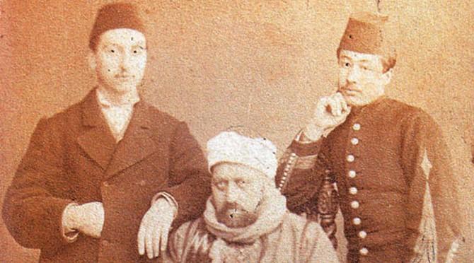 Sultan Abdülaziz İntihar Mı Etti. Mason Cinayeti Kurban Gitti. Abdülaziz'in Arkasında Duran Iki Görevli Sultanın Omuzuna Dirsek Dayamış şekilde Poz Veriyor