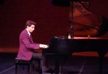 Bayrağa Sevdalı Yürekli Gençsin Güneş Yakartepe Şiiri Yazan Şair Abime Piyano Konseri Konser Salonu Müziği Canlı Etkinlik Dinleti Genç PiyanistBestekar