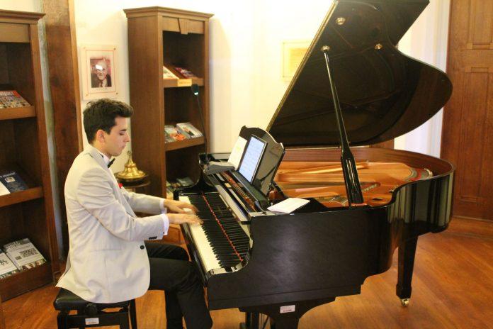 Bestekar-Şair GÜNEŞ YAKARTEPE KİMDİR Kısaca Müzik Hayatı. Özgeçmiş-Biyografisi Türk Müziği, Akustik Kuyruklu Piyano Beste